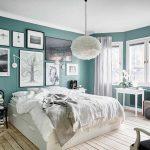 спальня в скандинавском стиле с бирюзовыми стенами