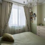 Спальня с зелеными обоями в стиле прованс. Фото
