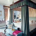 Кровать с зелёным балдахином