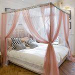 Кровать с полупрозрачным балдахином