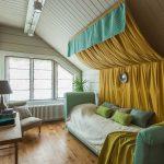 Желтый балдахин над кроватью