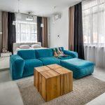 Дизайн большой спальни гостиной с двумя окнами