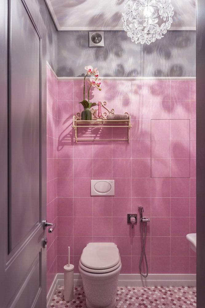 Розово-серая ванная комната в классическом стиле