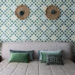 На фото дизайн спальни с зелеными обоями и серой кроватью