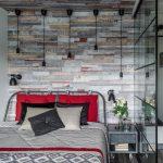 Маленькая спальня с черной перегородкой