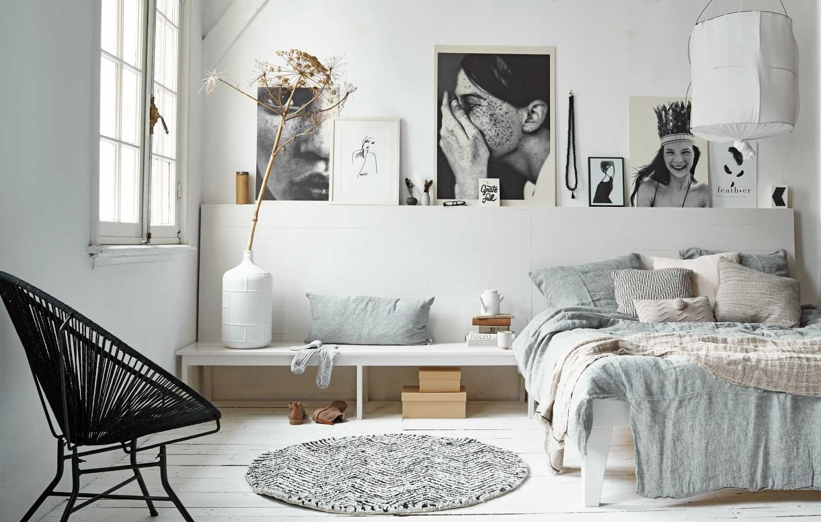 На фото декор спальни в виде постеров и ваз белого цвета