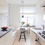 белая кухня с диваном