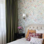 Комната в современном стиле с зелеными шторами